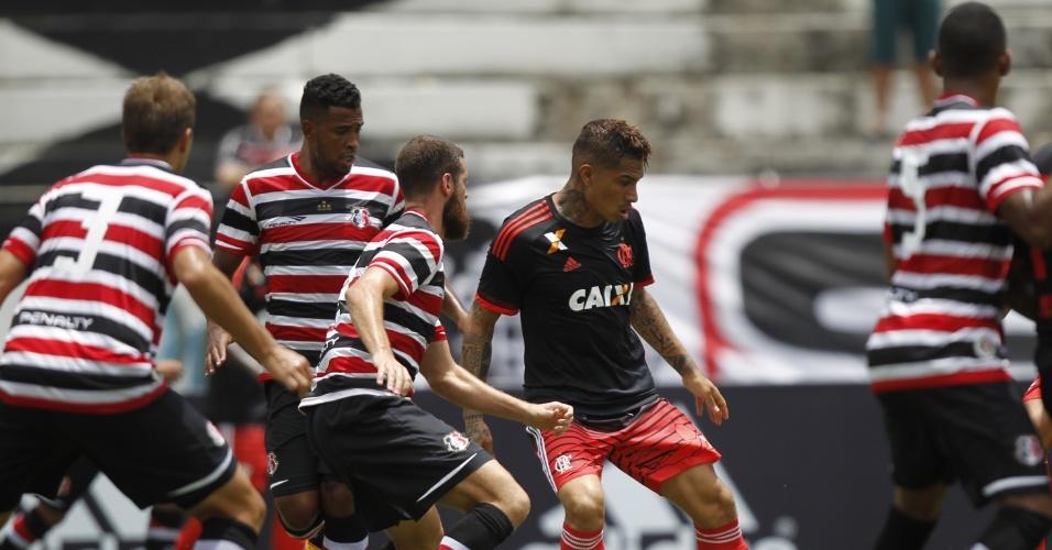 Paolo Guerrero é cercado pela defesa do Santa Cruz em amistoso no estádio do Arruda