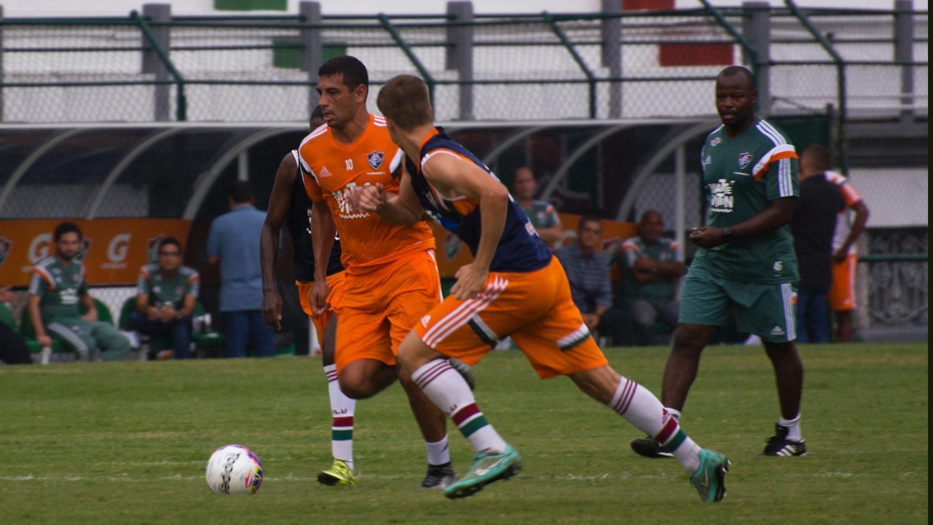 Diego Souza domina a bola durante o treinamento do Fluminense, nas Laranjeiras