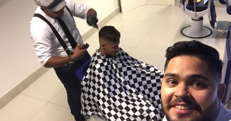 Neymar no início de seu corte de cabelo. Manteve o estilo atual