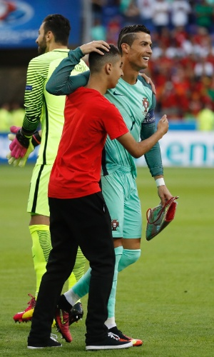 Fã abraça Cristiano Ronaldo em partida entre Portugal e País de Gales pela Eurocopa