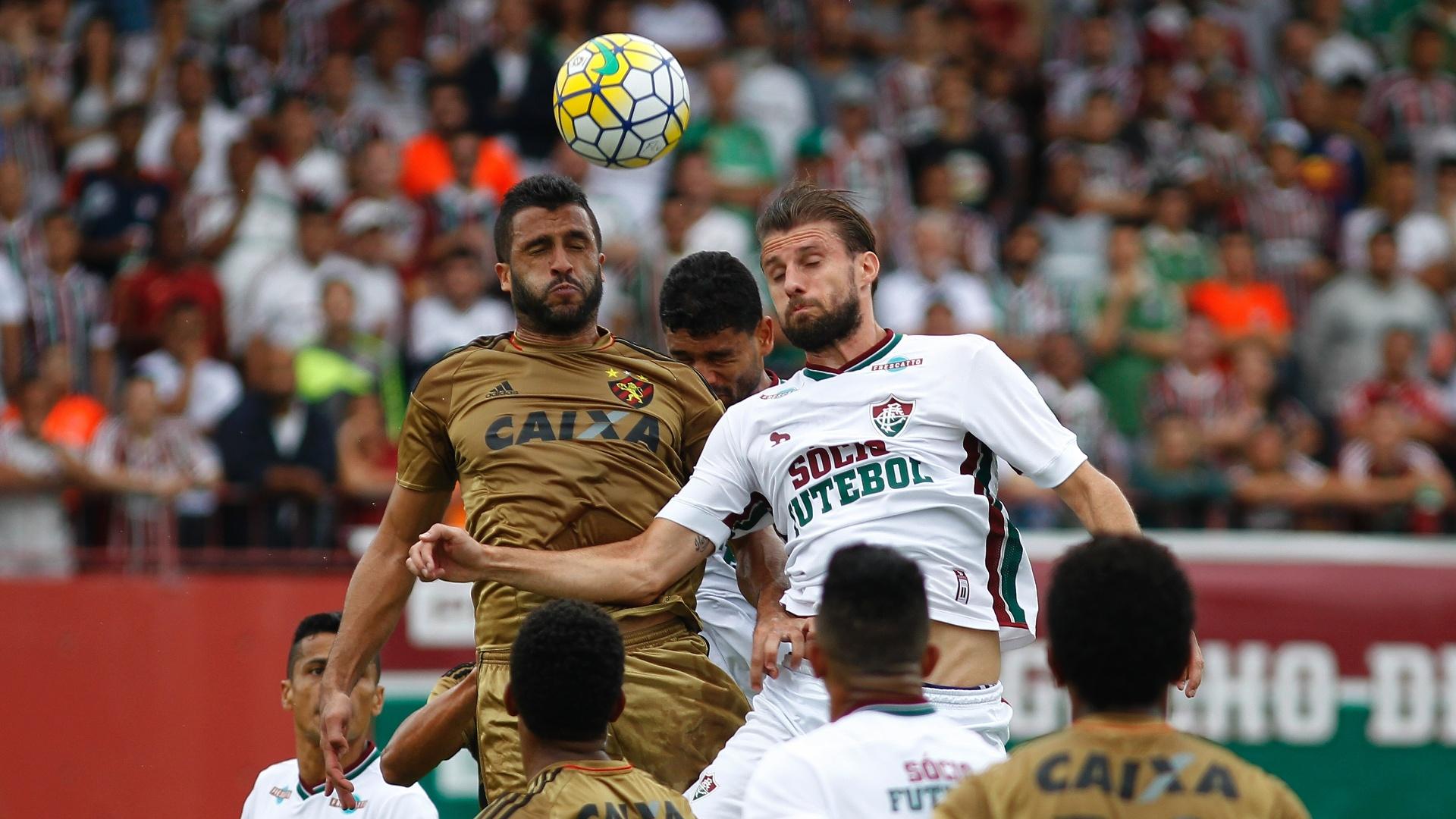 Henrique tenta cabecear a bola na partida do Fluminense contra o Sport pelo Campeonato Brasileiro