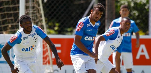 Fabrício Bruno (centro) é mais jogador do Cruzeiro que vai ser emprestado à Chapecoense