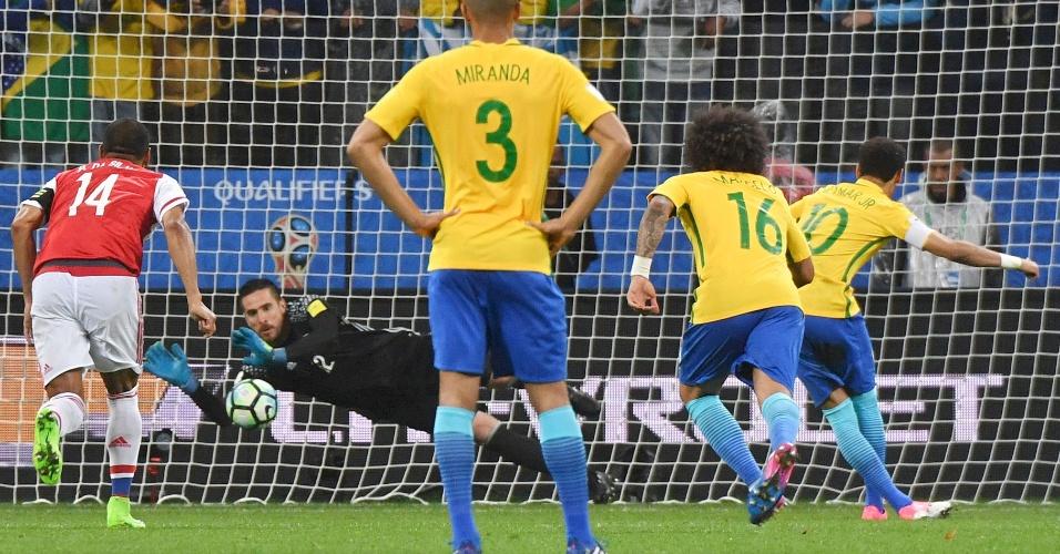 Goleiro paraguaio Antony Silva defende pênalti batido por Neymar