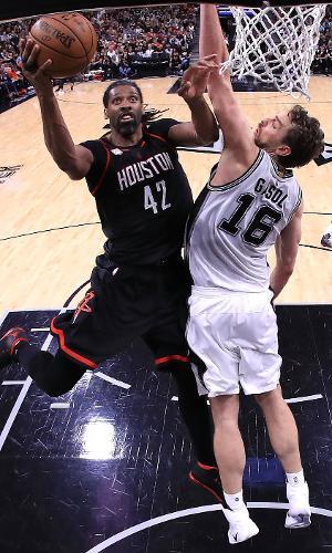 Nenê, do Houston Rockets, e Pau Gasol, do San Antonio Spurs