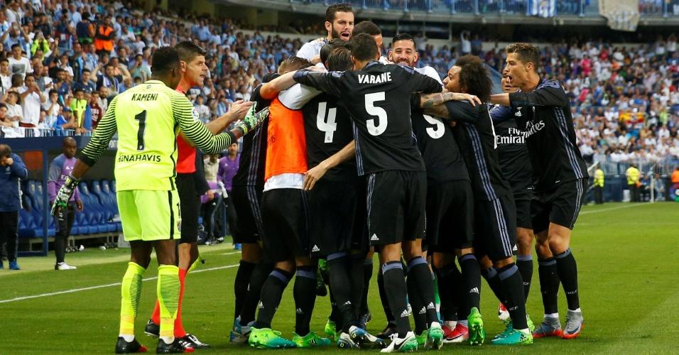 Jogadores do Real Madrid comemoram gol de Benzema sobre o Málaga na última rodada do Espanhol