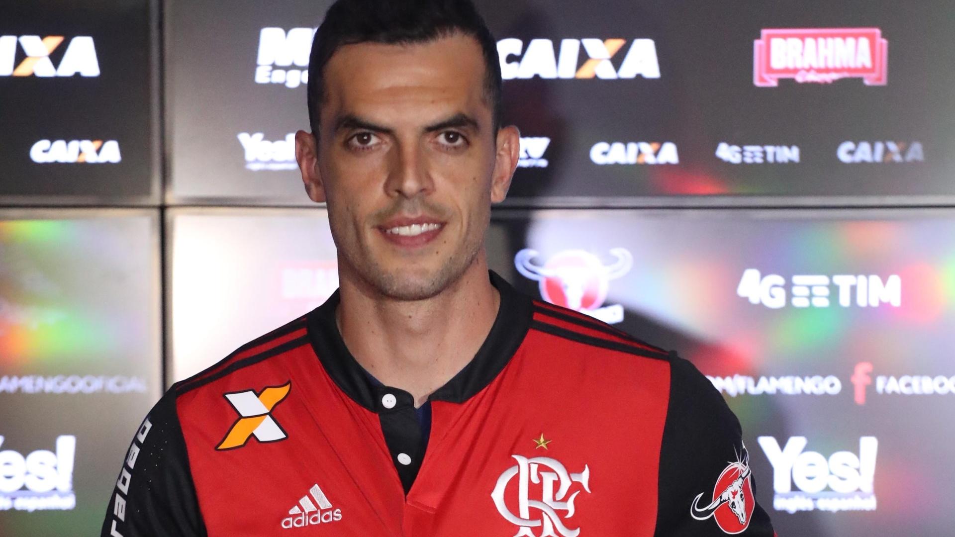 O zagueiro Rhodolfo posa com a camisa do Flamengo na apresentação ao clube da Gávea