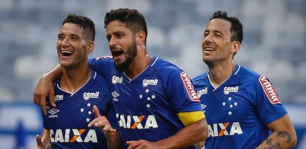 Thiago Neves (à esquerda) comemora gol do Cruzeiro sobre o Coritiba