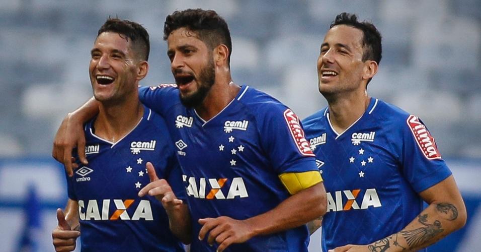 Thiago Neves (esquerda) comemora gol do Cruzeiro sobre o Coritiba