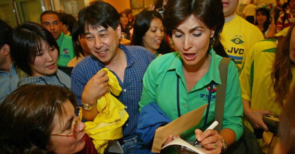 Fátima Bernardes, apresentadora e jornalista da TV Globo, dando autógrafos para fãs japoneses durante a Copa de 2002