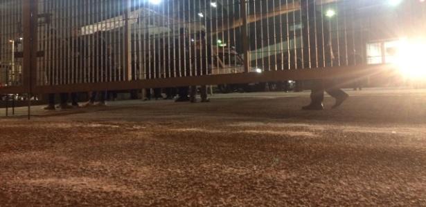 Sal grosso para dar sorte ao São Paulo na entrada do Morumbi