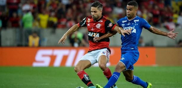Diego em ação pelo Flamengo durante partida contra o Cruzeiro