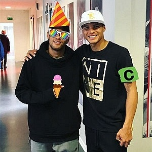 Neymar com o dedão do pé enfaixado posta foto com Thiago Silva