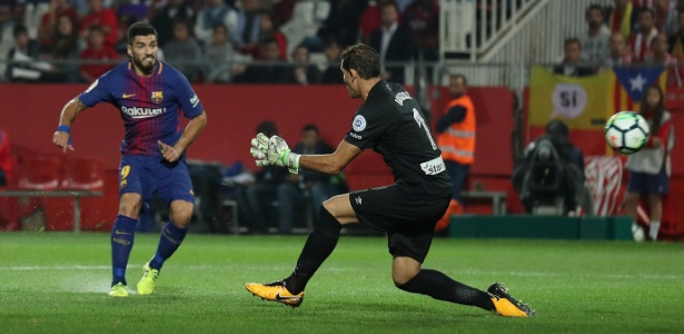 Suárez toca na saída do goleiro para marcar contra o Girona - Albert Gea/REUTERS