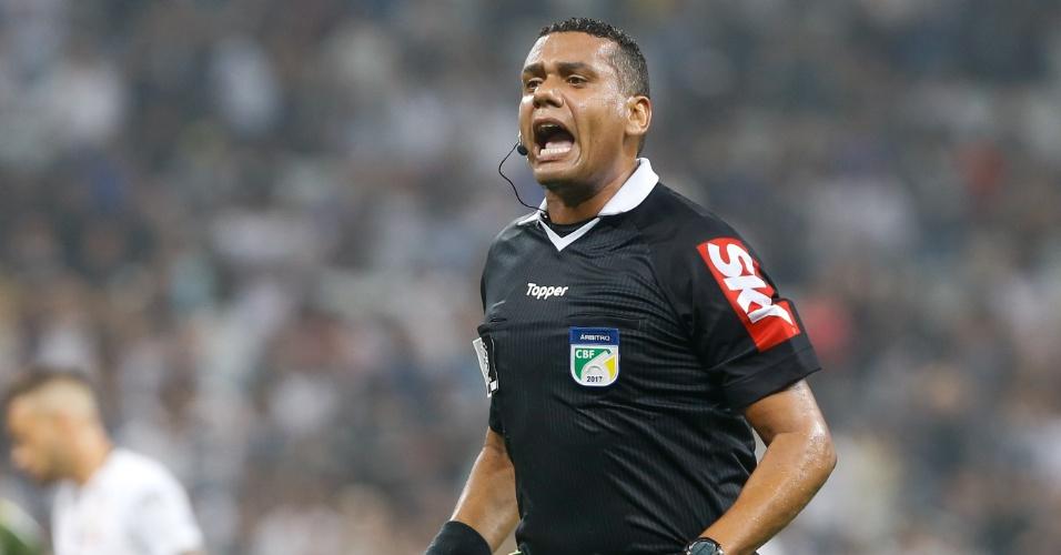 O árbitro Claudio Francisco Lima e Silva apita o jogo entre Corinthians e Coritiba