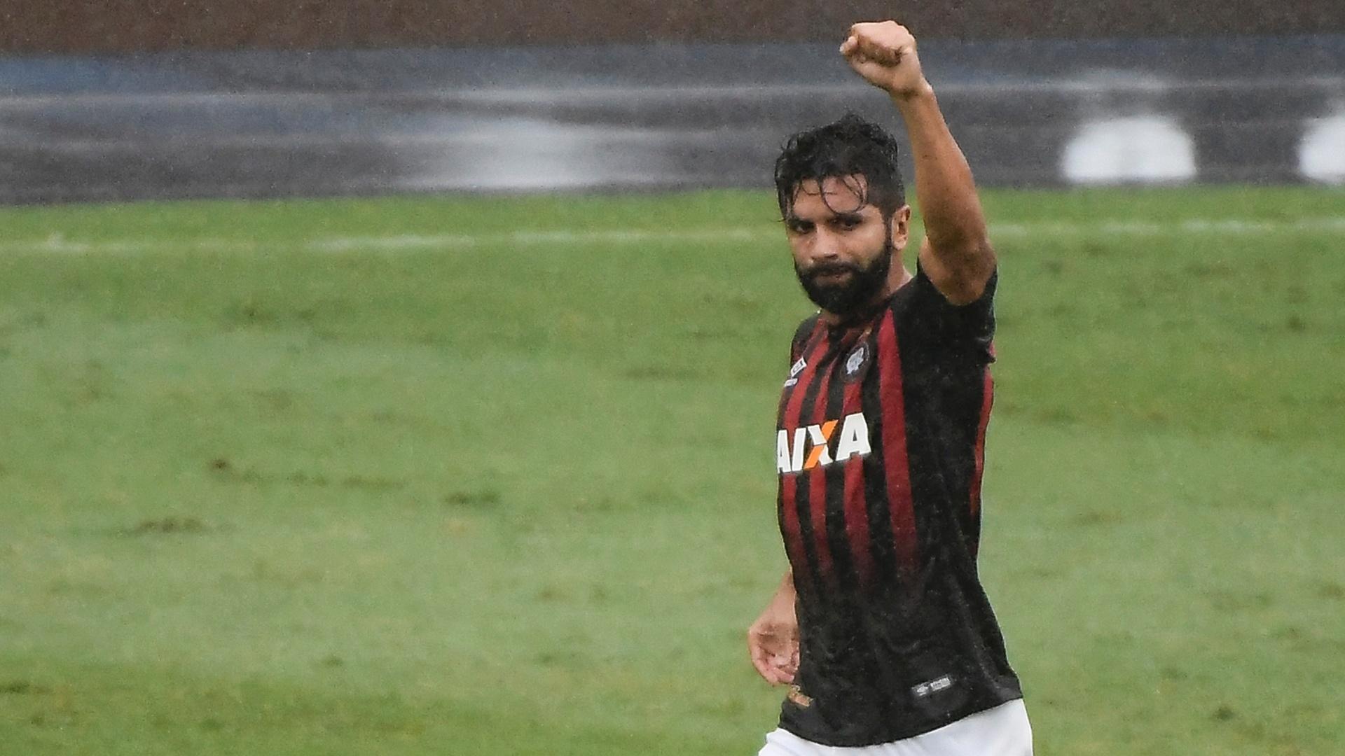 Guilherme comemora gol do Atlético-PR sobre o Botafogo