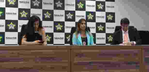 Prisão dos envolvidos foi detalhada pela delegada Daniela Terra (centro) - Leo Burlá/UOL