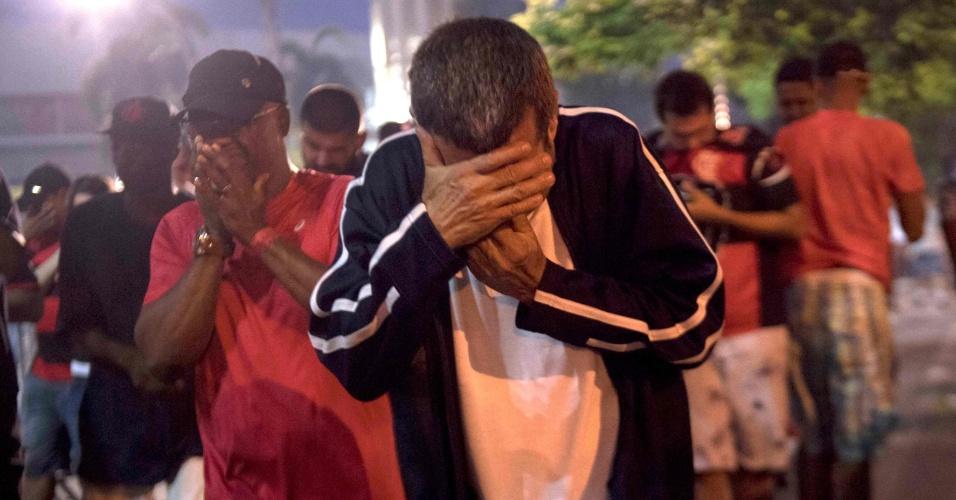 Torcedores do Flamengo tentam escapar do gás de pimenta em confusão durante a final da Copa Sul-Americana