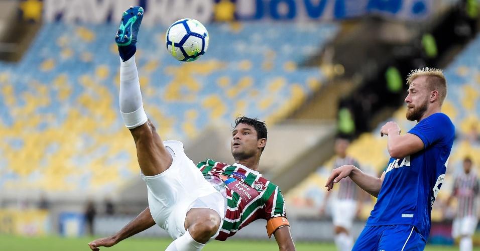 O zagueiro Gum em lance da partida entre Fluminense e Cruzeiro
