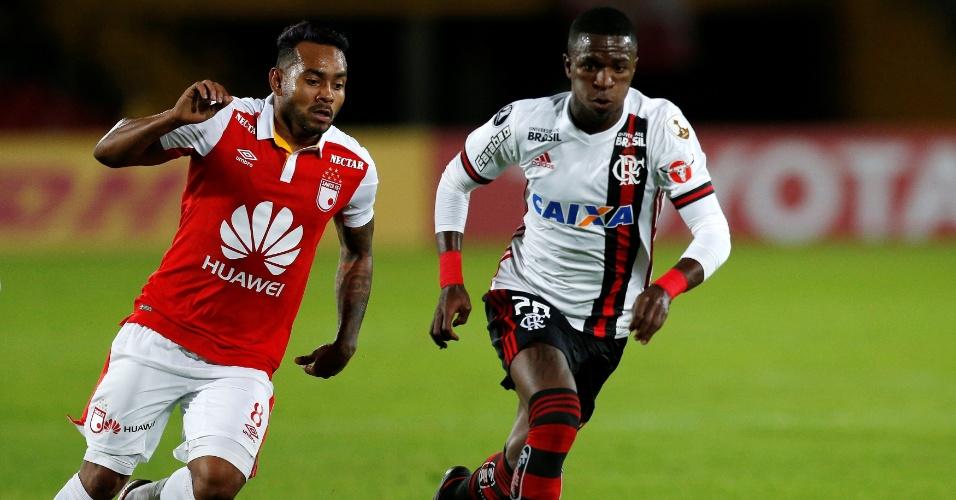 Vinicius Júnior persegue Armando Vargas em lance de Independiente Santa Fé x Flamengo