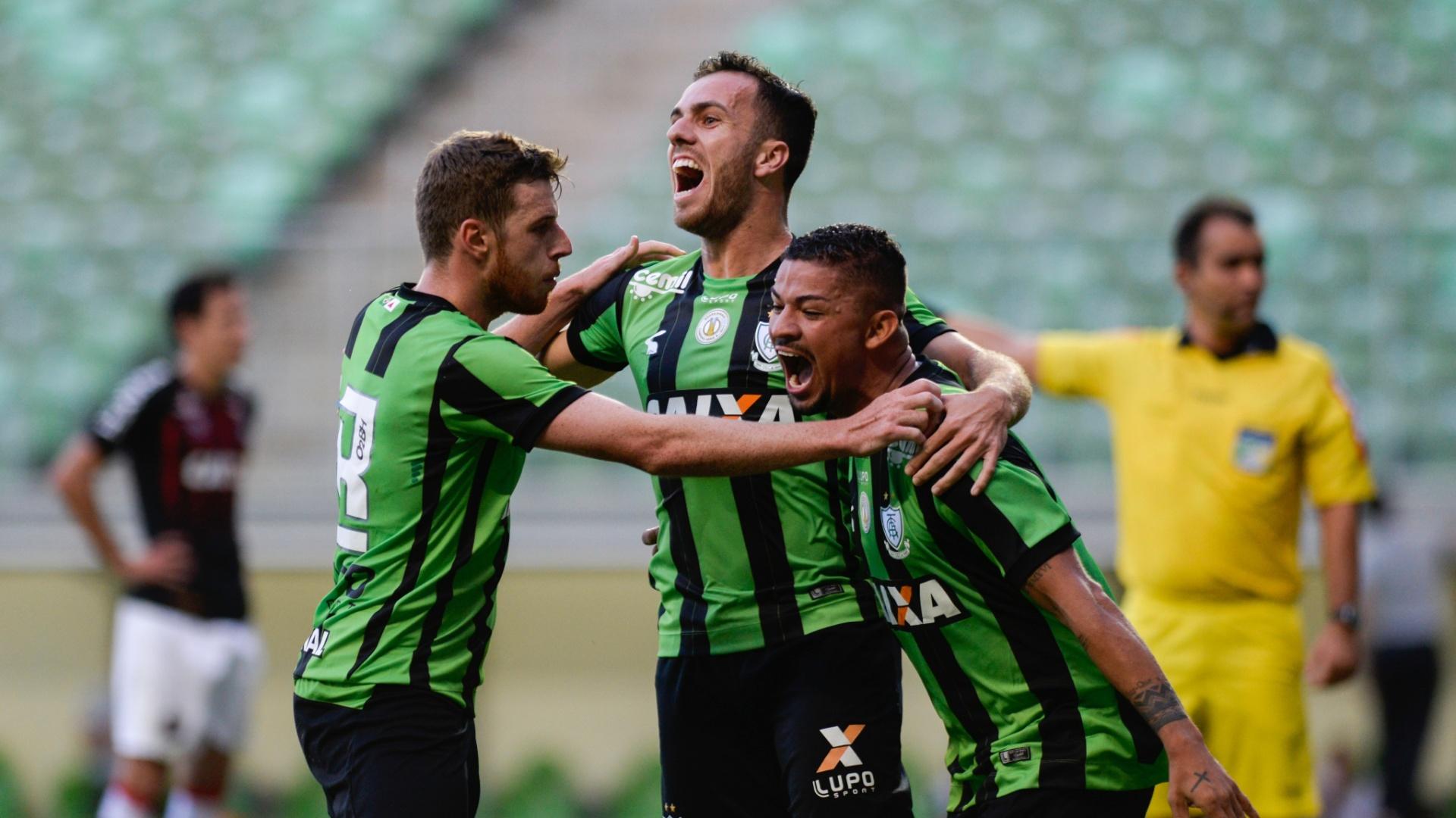 Jogadores do América-MG comemoram gol de Serginho contra o Atlético-PR pelo Campeonato Brasileiro