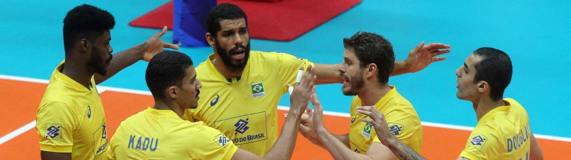 Jogadores do Brasil comemoram ponto sobre o Egito no Mundial de Vôlei