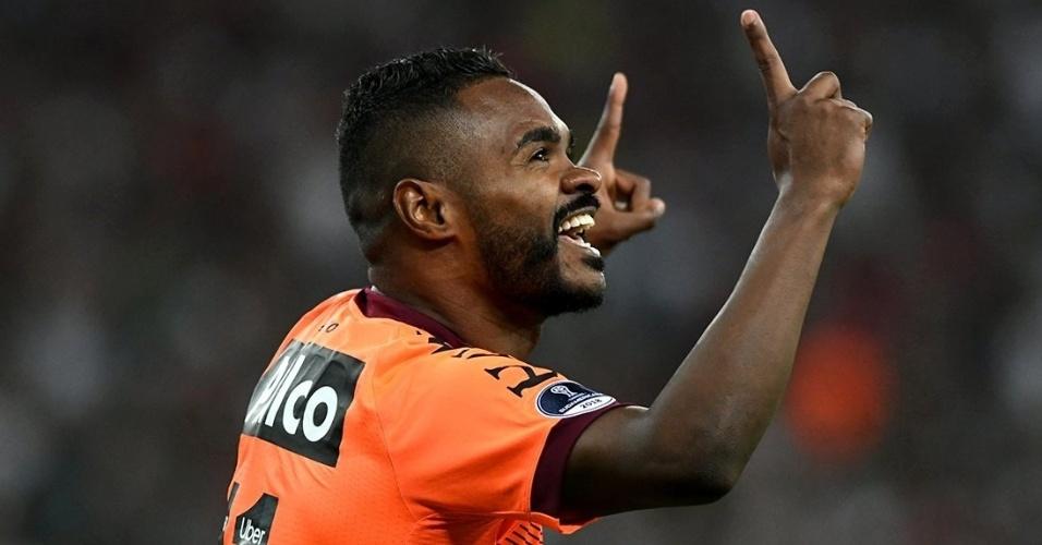Nikão comemora gol do Atlético-PR contra o Fluminense
