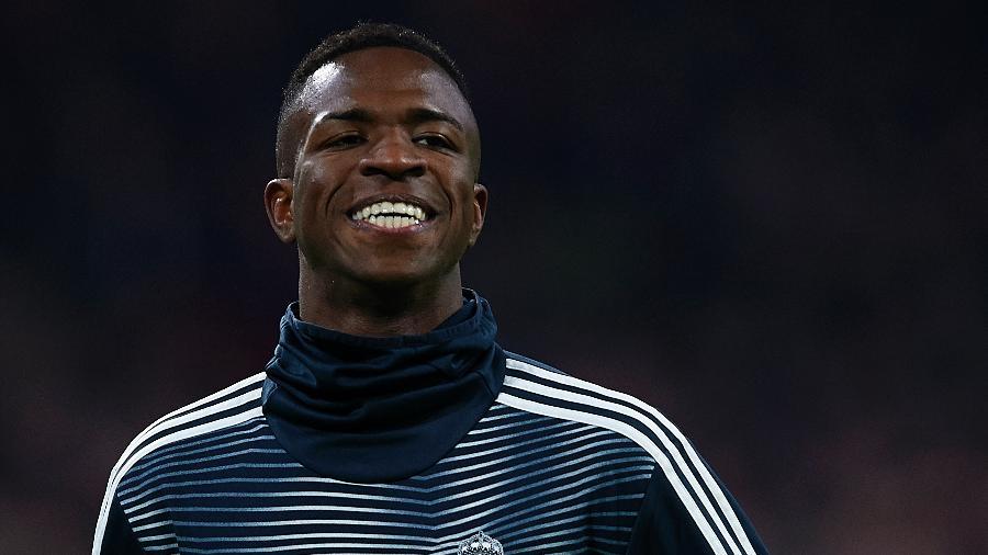 Vinicius Junior sorri durante aquecimento do Real Madrid - Quality Sport Images/Getty Images