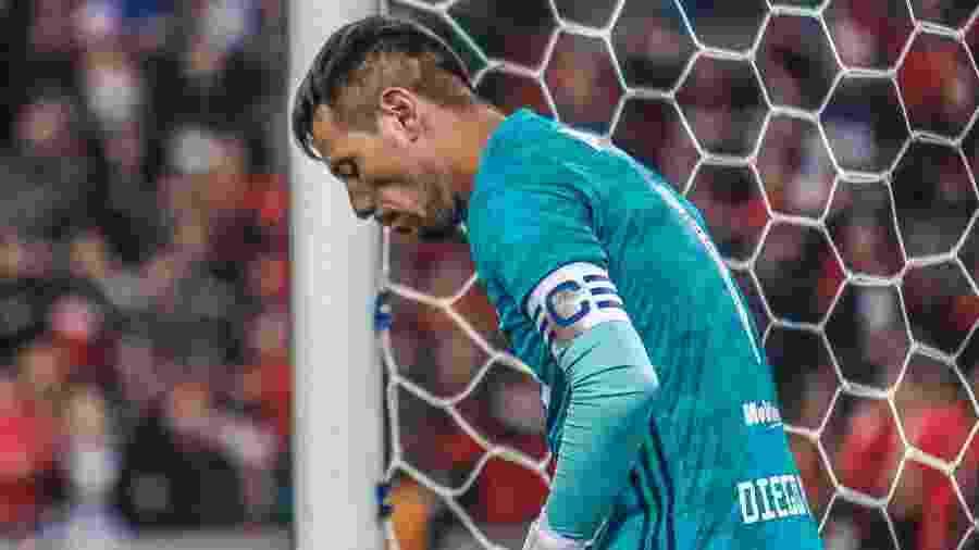 Goleiro do Flamengo contra o Athletico, Diego Alves poderia ter sido expulso por pegar a bola fora da área - Gabriel Machado/AGIF