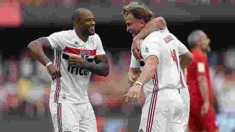 Bordon, abraçado por Lugano enquanto Fabão comemorava, saiu de campo com o nariz quebrado - Paulo Pinto/saopaulofc.net