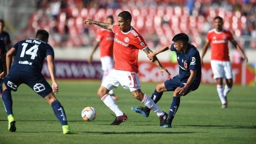 Paolo Guerrero, do Internacional, tenta passar por dois marcadores da Universidad de Chile - Ricardo Marques/Internacional