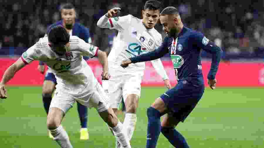 Bruno Guimarães e Neymar disputam bola em duelo entre PSG e Lyon - Jean Catuffe/Getty Images