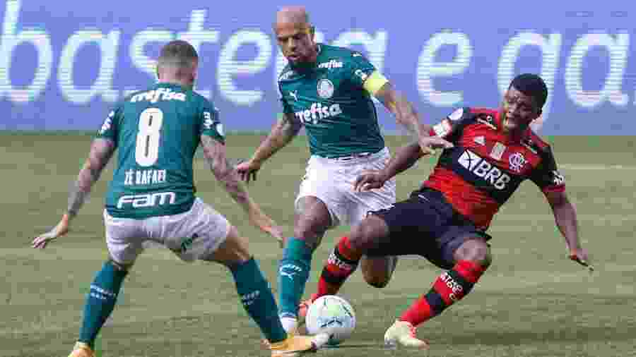 Felipe Melo derruba Lincoln em disputa pela bola no jogo entre Palmeiras x Flamengo - Marcello Zambrana/AGIF