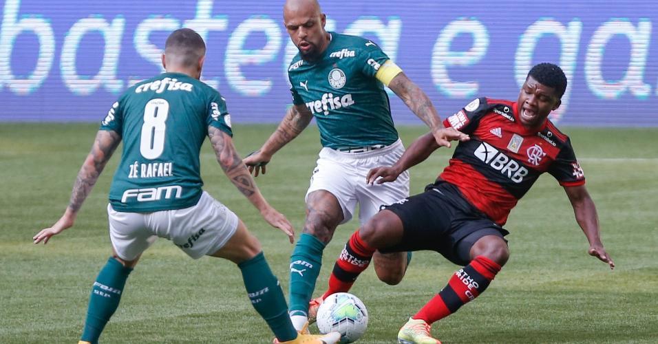 Felipe Melo derruba Lincoln em disputa pela bola no jogo entre Palmeiras x Flamengo