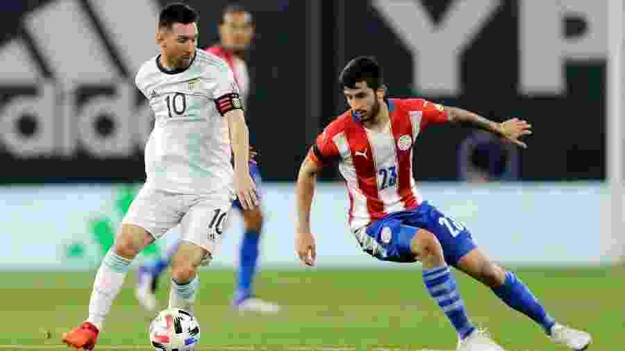 Lionel Messi sai da marcação de Villasanti durante Argentina x Paraguai pelas Eliminatórias para a Copa de 2022 - Juan I. Roncoroni-Pool/Getty Images