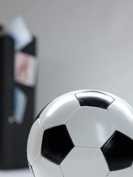 Bola de futebol e carteira de dinheiro - Photo by blende11.de/ullstein bild via Getty Image