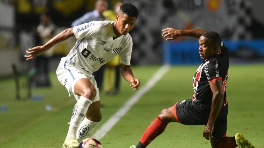 Ângelo, do Santos, tenta drible contra o Botafogo-SP pelo Campeonato Paulista - Santos FC/Divulgação