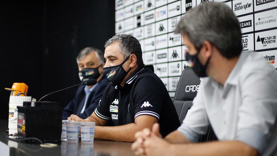 Marcelo Chamusca, técnico do Botafogo, sob olhares do presidente Durcesio Mello e do diretor de futebol Eduardo Freeland - Vitor Silva/Botafogo