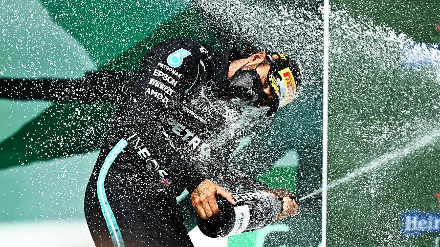 Lewis Hamilton estoura a garrafa de champanhe a vitória no GP de Portugal de Fórmula 1 - Clive Mason - Formula 1/Formula 1 via Getty Images