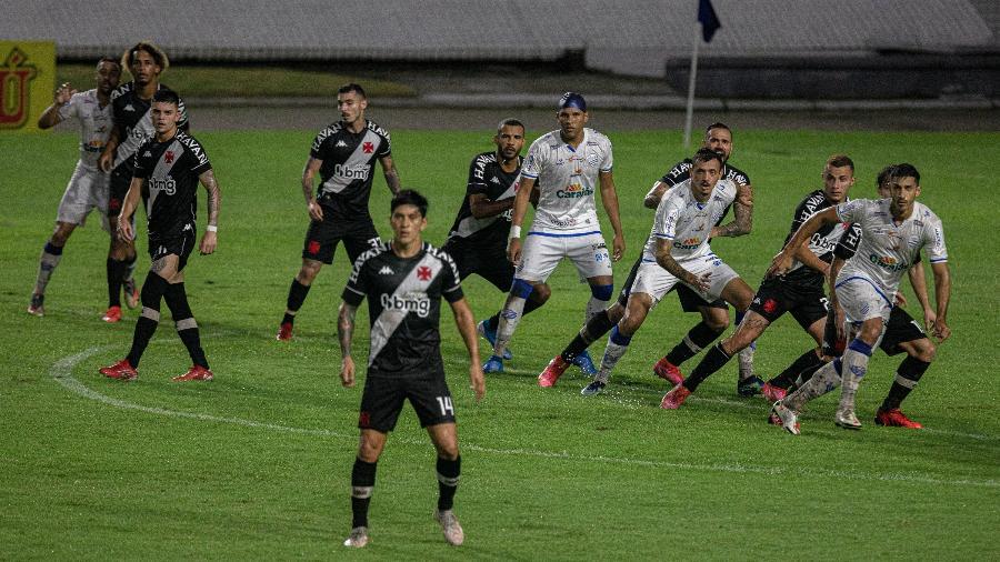Jogadores de Vasco e CSA durante jogo pelo Brasileiro da Série B - Celio Junior/AGIF