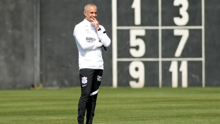 Sylvinho observa treino do Corinthians no CT Dr. Joaquim Grava - Rodrigo Coca/Agência Corinthians