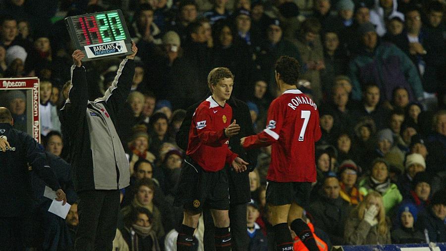 Cristiano Ronaldo e Solskjaer em ação pelo Manchester United em jogo de 2005 - Mike Egerton - PA Images via Getty Images