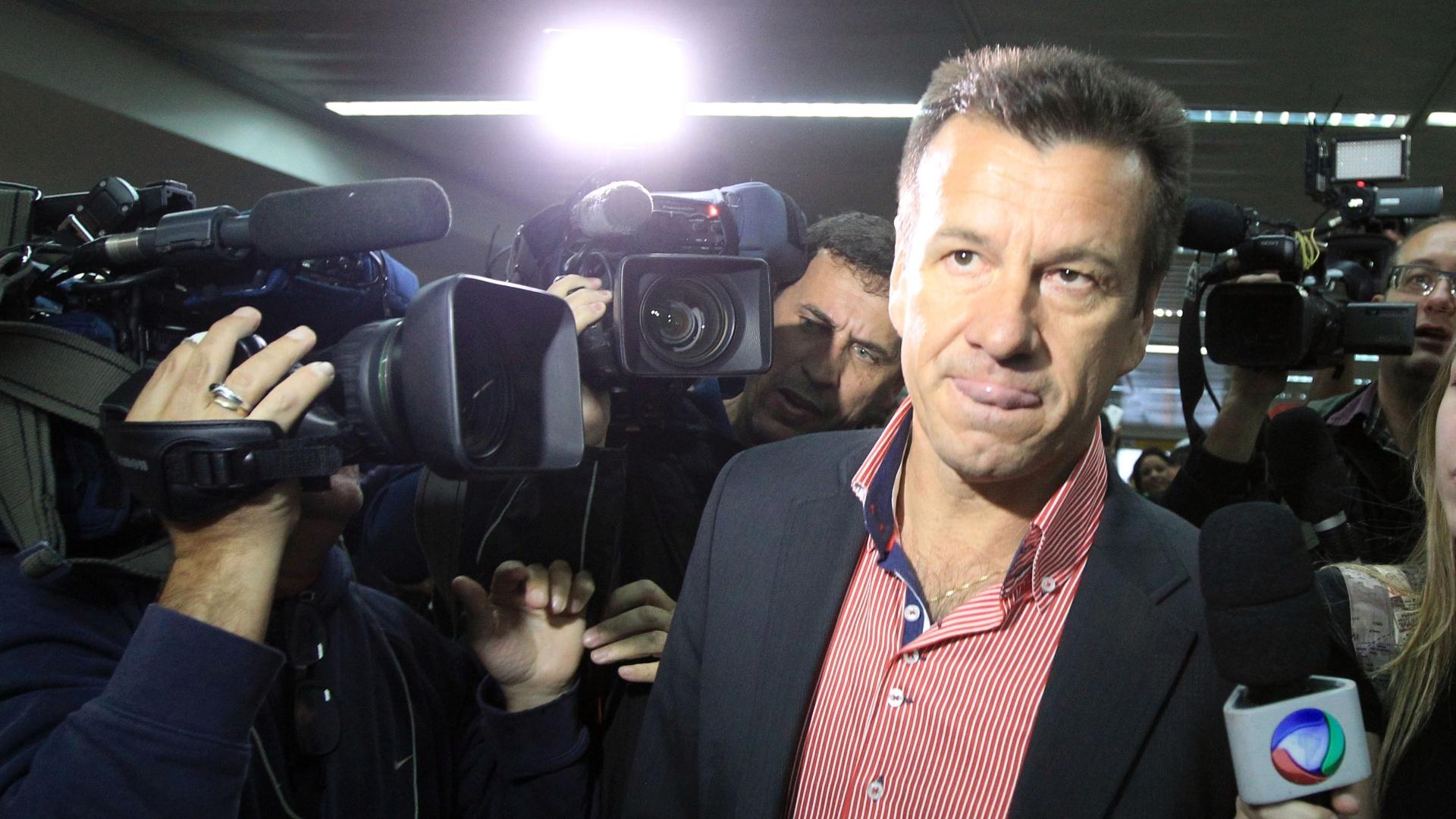 Dunga foi cercado por jornalistas no desembarque e precisou responder muitas perguntas a respeito da eliminação da Copa América
