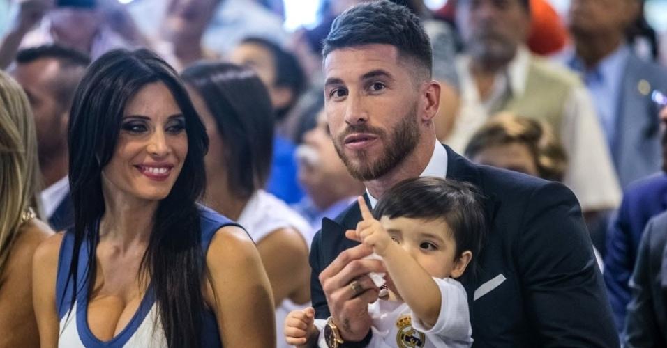 Pilar Rubio sorri enquanto observa o pequeno Sergio no colo do pai, zagueiro do Real Madrid
