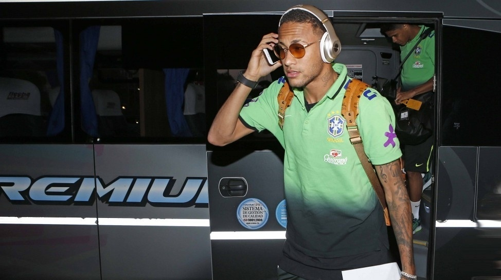 Neymar chega ao hotel da seleção brasileira com restante dos jogadores para partida contra a Argentina pelas Eliminatórias