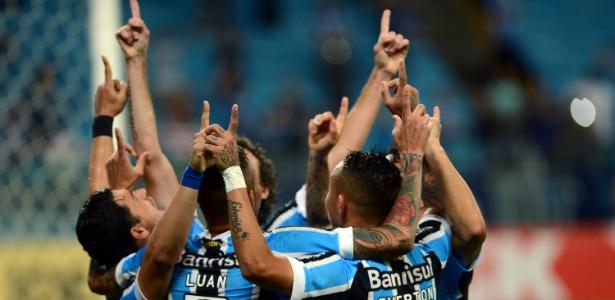 Jogadores do Grêmio tentam erguer a moral do time após decepcionar na estreia