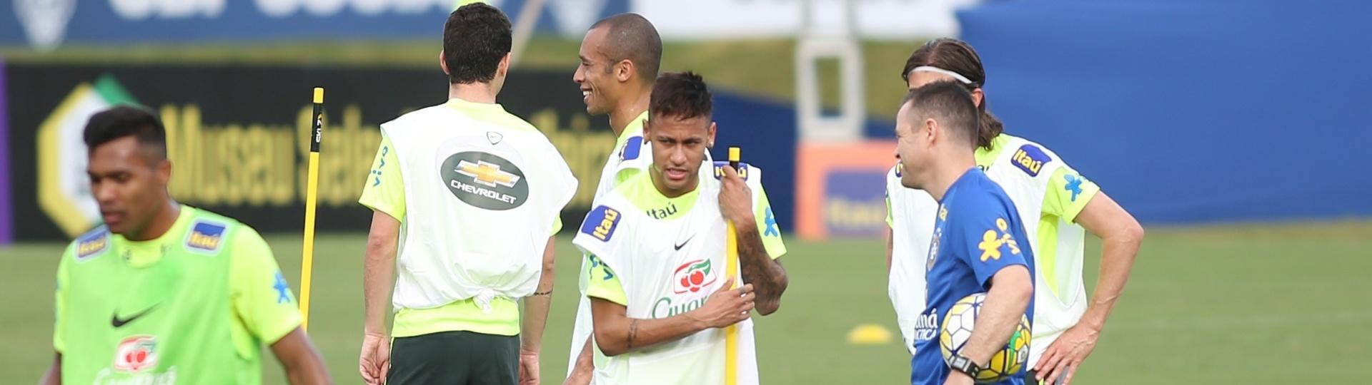 Neymar conversa com auxiliar de Dunga durante treino da seleção