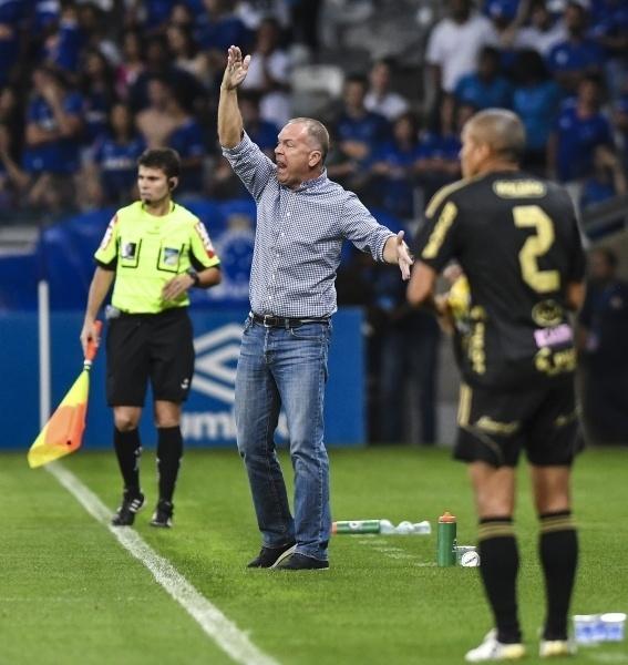 Mano Menezes orienta o time do Cruzeiro à beira do gramado do Mineirão diante da Ponte Preta