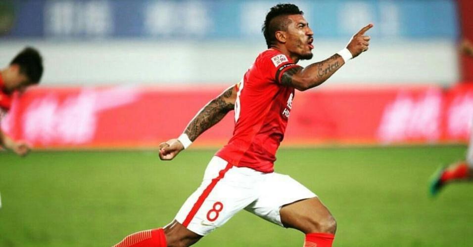 Paulinho celebra gol do Guangzhou Evergrande contra o Beijing Guoan
