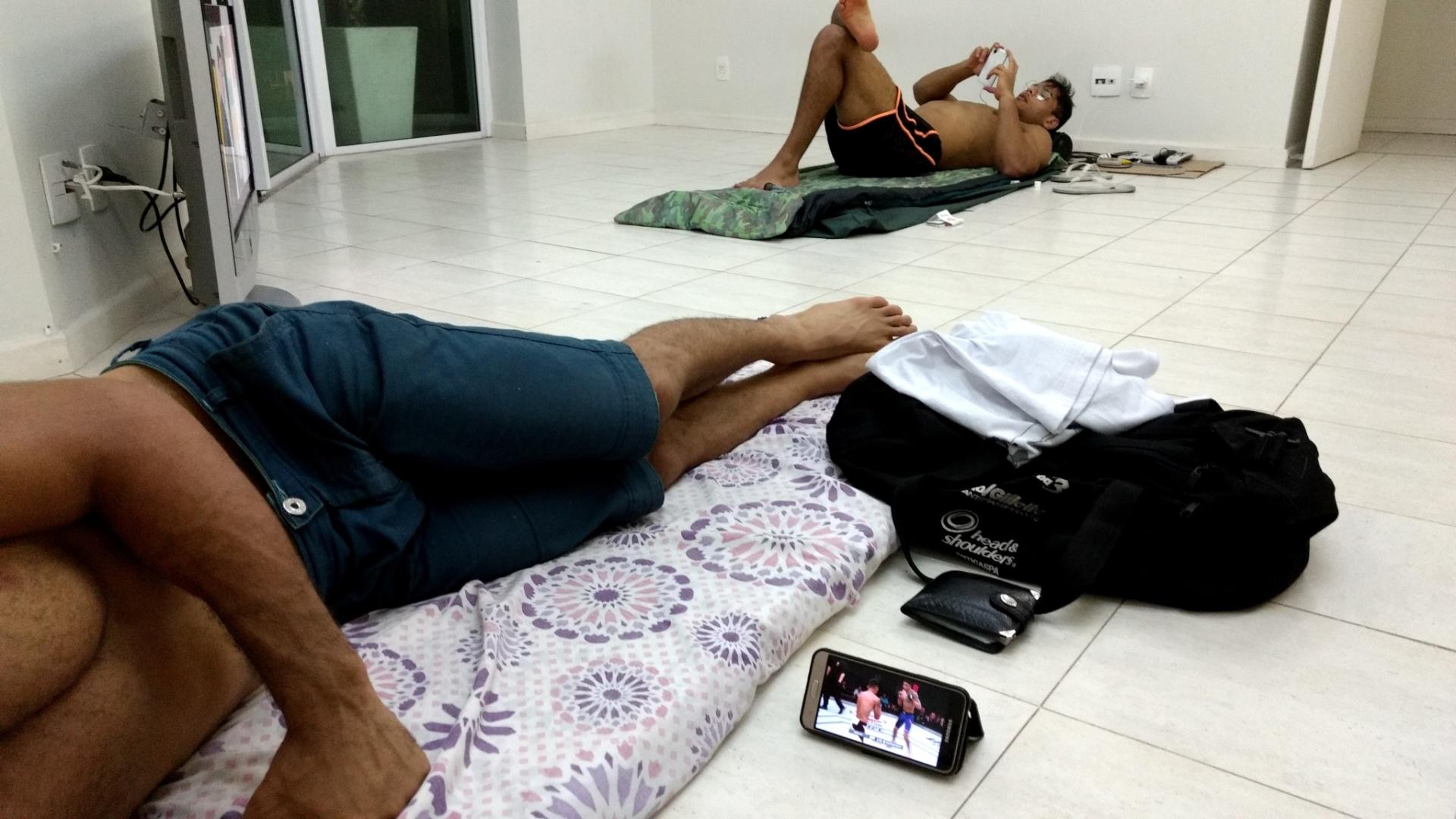 Borracha assiste ao UFC no celular enquanto Borrachinha descansa