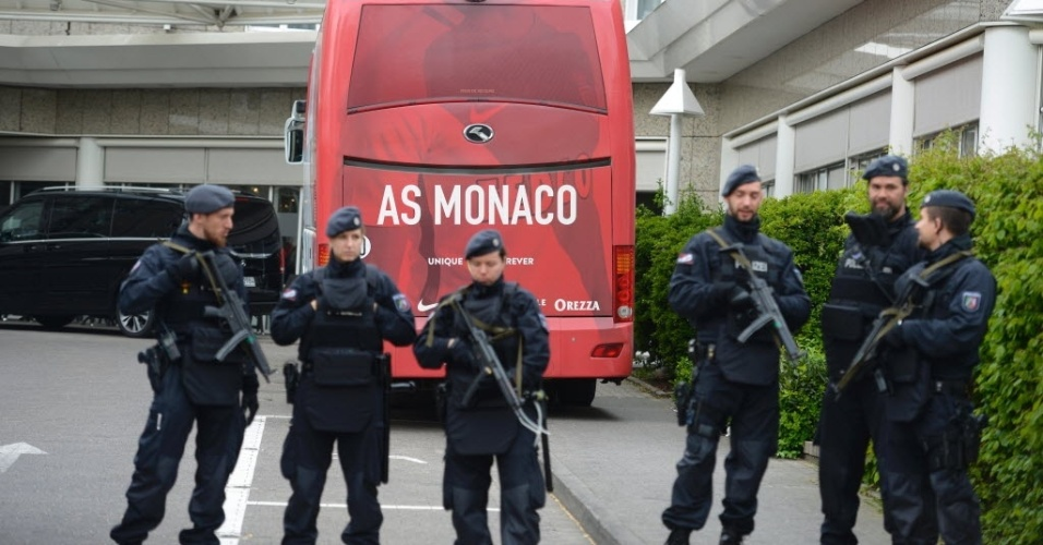 Polícia escolta ônibus do Monaco. Na terça, ônibus do Borussia foi alvo de terrorismo. Zagueiro Bartra se feriu no braço